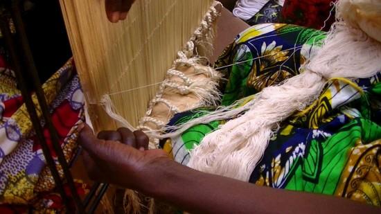 Enfilage : passage des fils de chaîne un à un à travers les lices du métier à tisser