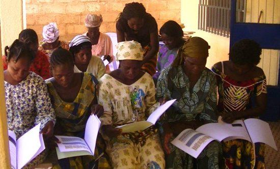 Stagiaires étudiant le support pédagogique remis par le formateur