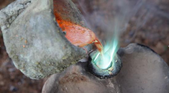 Coulage du métal en fusion dans le moule