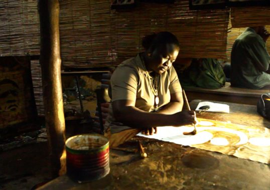 Flore Klabore, artiste batikière en plein travail