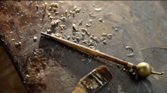 2 outils indispensables pour le batik : le pinceau et le tjanting