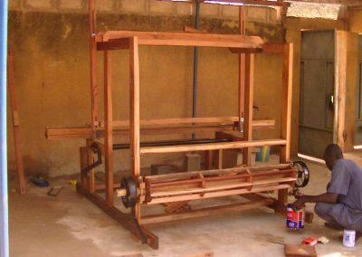 Livraison et installation du premier métier à tisser en bois