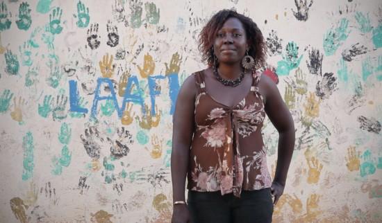 Alice Ouedraogo devant les locaux de l'association APEPF