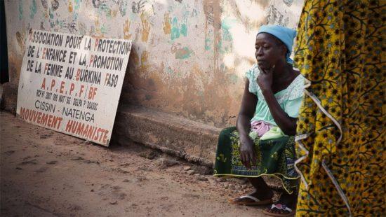 Une femme membre d'APEPF devant l'association