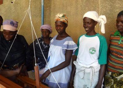 Découverte du tissage traditionnel par les futures stagiaires
